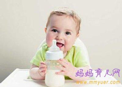 塑料水杯什么材质好_塑料奶瓶什么材质好?四大常用材质大比拼 - 妈妈育儿网
