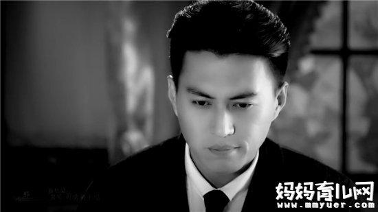 靳东,这个从《伪装者》中走出来的儒雅男子。其实在《箭在弦上》的时候,他的智慧与才华,帅气与正义就已经收服了一众观众。这样一位优秀的演员,帅气,才华都集在一身。但是在鱼龙混杂的娱乐圈,他却能洁身自好,基本是零绯闻,但还是被观众所熟知。