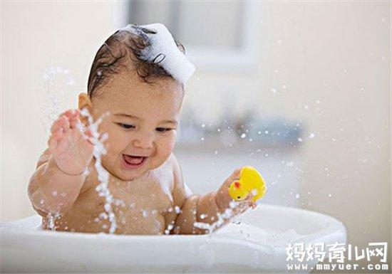 宝宝沐浴前的准备 新手父母第一次帮宝宝洗澡时,若是没有事先学习或是未准备充足,一个不小心,很容易造成幼儿的危险。所以在替宝宝洗澡前,最好调整自己的心态,以愉悦的心情让孩子享受沐浴的乐趣,每天短短的洗澡时间,也可以成为母子之间亲密互动的美好时光。 用品准备 给宝宝洗澡前,先清点一下各种用品是否都已经准备好了: 浴盆1只;温度计1支;干浴巾及毛巾各2条;宝宝浴皂或者沐浴露;爽身粉;75%的酒精和棉签;替换的清洁衣服1套;尿布1块。 洗澡环境要布置 浴室或是房间内应紧闭门窗(打开排气扇)避免宝宝受凉,室内温度