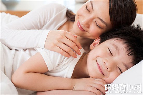 宝宝为何睡觉磨牙 有的宝宝入睡后,牙齿咬得咯吱响,睡在一旁的爸妈难以入眠,担心宝宝有疾病。 磨牙原因有多种 宝宝磨牙的原因有很多种,比如精神过度紧张、患了肠道寄生虫、饮食紊乱等等。 精神过度紧张 不少宝宝在晚间看了惊险的打斗电视,或入睡前玩耍过度,都会使精神紧张而引起夜间磨牙。有些宝宝则是因为调皮受到爸妈的责骂,引起压抑、不安和焦虑,而发生夜间磨牙。 肠道寄生虫病 当宝宝 患上蛔虫病,蛔虫产生毒素刺激肠道,肠道蠕动会加快,而引起消化不良、脐周疼痛、睡眠不安。毒素刺激神经,就会使神经兴奋,而产生磨牙。同样
