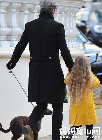 女儿奴贝克汉姆为女儿穿衣 超级女儿奴父爱满满!!!