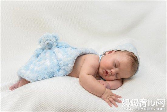 寶寶睡覺笑出聲身上發抖