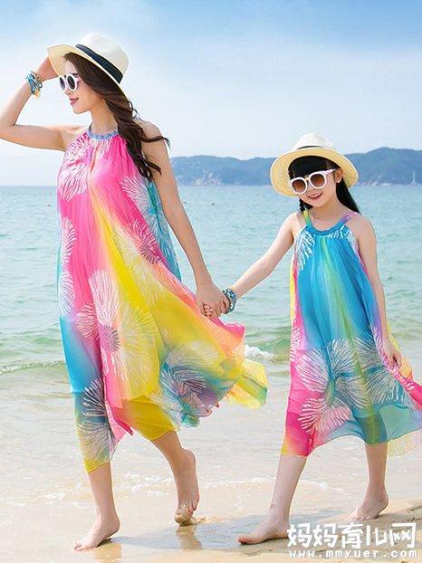 夏天来了 一家三口去海边穿什么颜色的衣服好看呢?