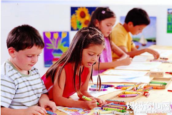 2岁孩子就能满屋子涂鸦创作 孩子学画画的最佳年龄是几岁