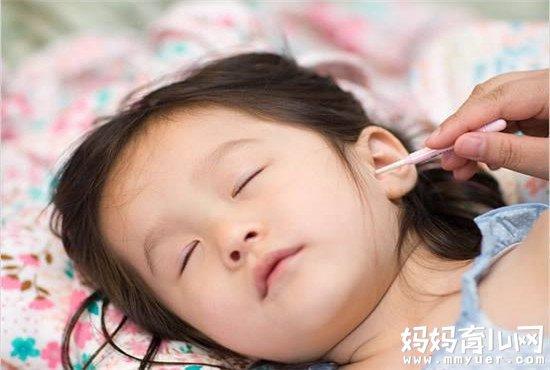 后悔不已!给宝宝挖耳朵出血怎么办 这种情况当立即送医