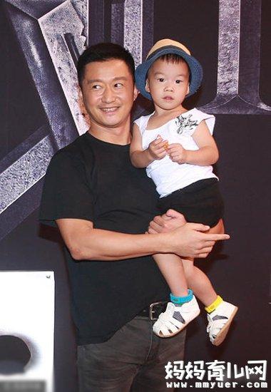 《战狼2》吴京带儿子公开亮相 和谢楠生的孩子照片曝光
