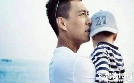 靳东老婆疑怀二胎 两人低调现身香港待产 大儿子迎来弟弟