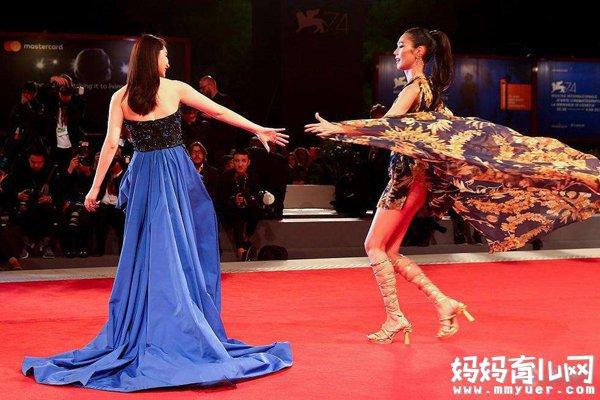 戚薇和日本女星红毯比美 却被对方一个动作成功抢镜