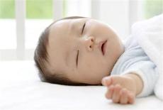 宝宝冬天睡觉手放外面怎么办 这1招你绝对想不到