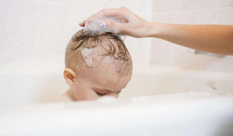宝宝一洗头就哭  宝宝不愿洗头怎么办4个妙招任