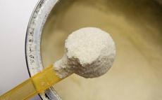 奶粉开封一个月大人能喝吗  揭秘过期奶粉的6个用途