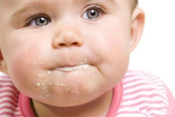 小孩吐奶是怎么回事背后的真相 竟与胃和喉咙有关