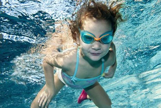 儿童学游泳的七大好处 家长必知的学游泳注意事项