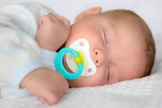 宝宝吃安抚奶嘴老是掉怎么回事  都怪妈妈犯了这个错误