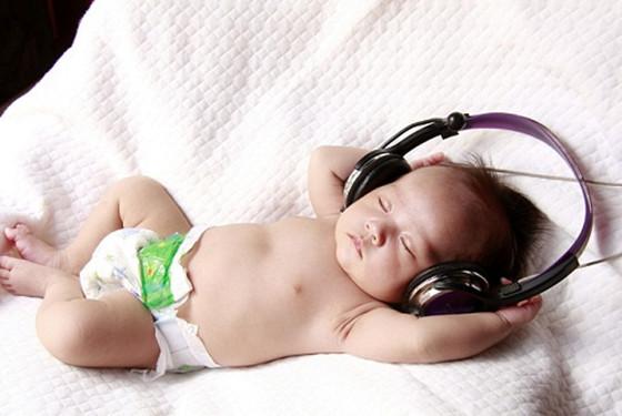 专家支招:新生儿睡觉一惊一惊的原因及应对策略