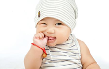 三个月宝宝老是舔衣服是怎么回事 宝宝爱舔衣服怎么办