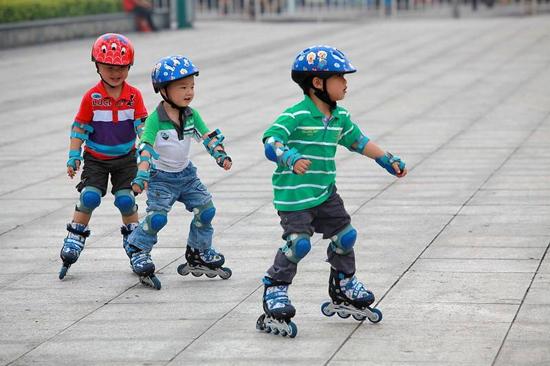 孩子几岁学轮滑最合适 轮滑可以矫正内八字吗