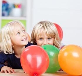 托班游戏活动《抱一抱》让幼儿知道在游戏中遵守规则
