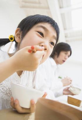 托班健康教案《我会用筷子》 学习使用筷