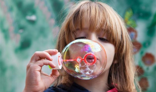 托班语言教案《吹泡泡》 知道泡泡有很多种颜色