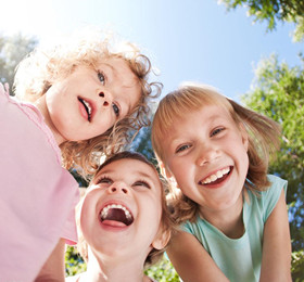 托班语言教案《快乐是什么》 快乐无处不在快乐其实很简单