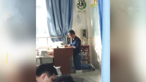 老师跪地批改作业 这些教师职业病令人心疼!