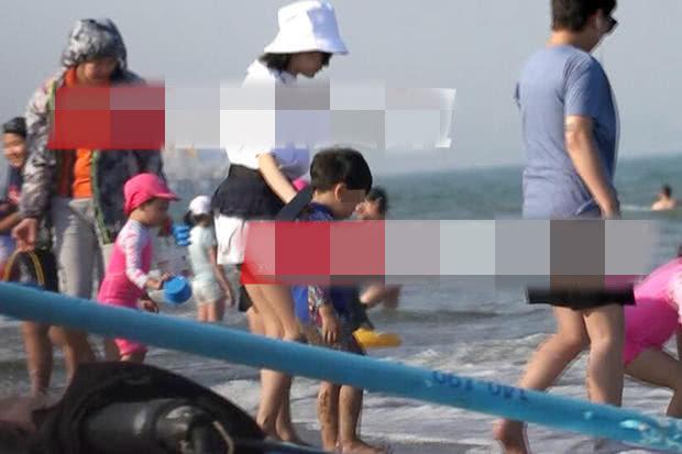 王子文带神秘男孩沙滩游玩 一个笑容就透露她隐婚生子