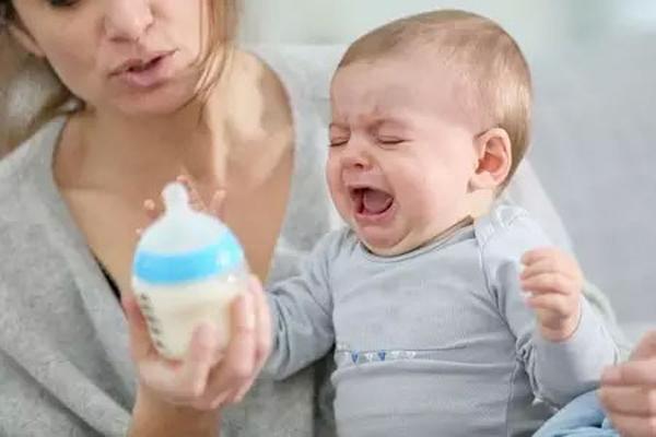 宝宝哭闹老是要吃奶怎么回事