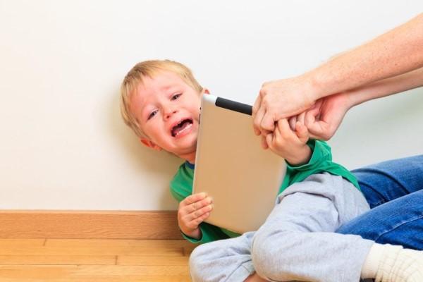 孩子撒泼打滚怎么办 高情商的妈妈这样来对付