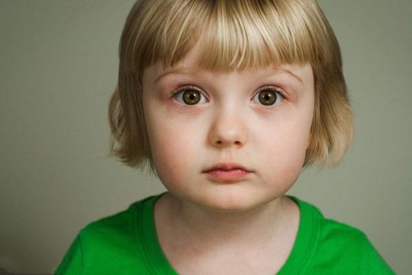 小孩子喜欢挤眼睛