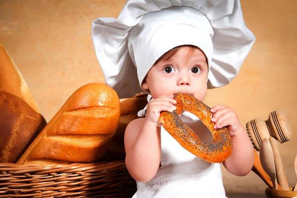 随着社会的进步,人们的思想也在不断的创新,所以在给宝宝取名字这方面也有了更多的讲究,尤其是女宝宝的名字需要花费家长不少的心思。女孩子与男孩子不同,女孩子的心思细腻,外型乖巧可爱,在取名字时就一定要凸显女孩的性格特征。现在很多的家长都喜欢给女宝宝取小名,小名最主要是代表着父母对宝宝的喜爱,展现女孩子特有的性格就可以了。那么,适合女孩子可爱又洋气的小名有哪些呢?接下来小编就为大家推荐一些以供参考!  女孩子小名可爱洋气的 小葡萄:葡萄成紫黑色,一般用来比喻女孩的眼睛又圆又亮,也形容女孩子的个性软糯,模样可爱。