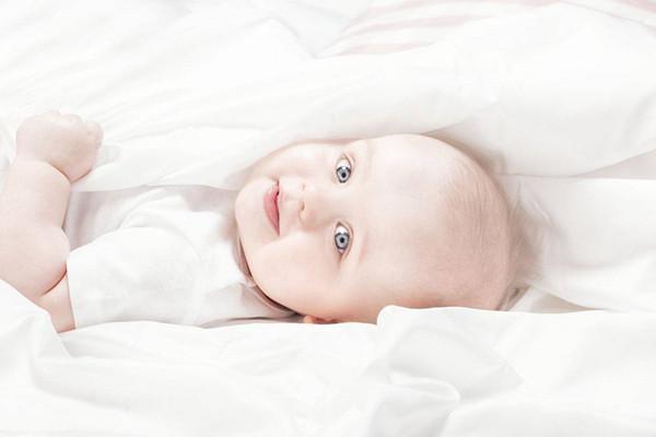 宝宝呛奶后呼吸有痰音 宝宝呛奶后的急救方法
