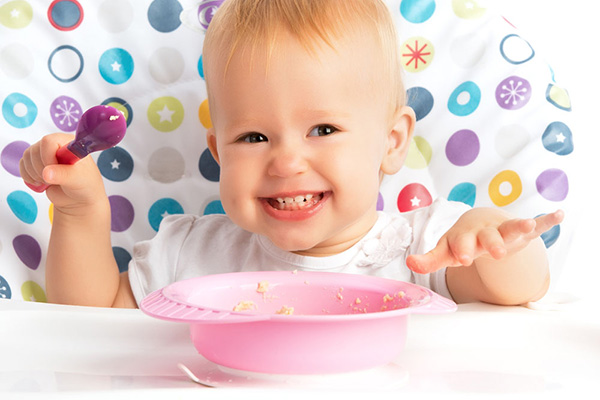 宝宝用手抓饭吃怎么办 别着急改用这4招徐徐改之