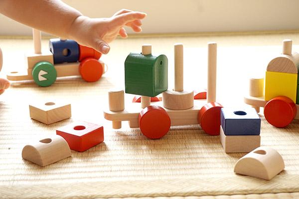 宝宝爱扔东西什么原因 宝宝的内心OS父母知多少